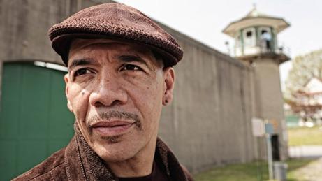 Dewey Bozella satt 26 år i fengsel for et drap han ikke hadde begått. Hele tiden drømte han om å bli proffbokser. Nå får han sjansen! thumbnail